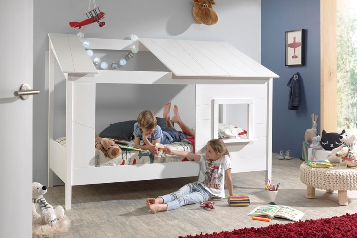 Huisbed met wit dak met opening links in gebruik