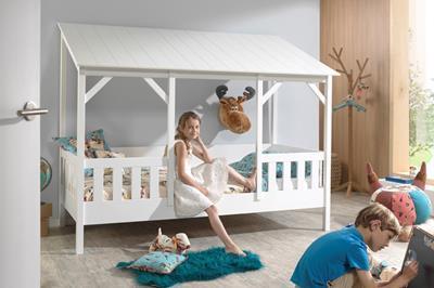 Huisbed met wit dak in gebruik